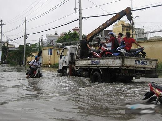 Xe tải cần cẩu cũng tranh thủ kiếm tiền trong dịp mưa ngập.