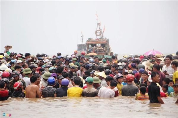 Khoảng 13h ông Cao Hiếu, Chủ tịch UBND xã Diễn Thịnh cho biết, sau 7h nỗ lực, lực lượng cứu hộ đã đưa được con cá voi ra khỏi vùng mắc cạn, cách vị trí ban đầu gần 200 m.