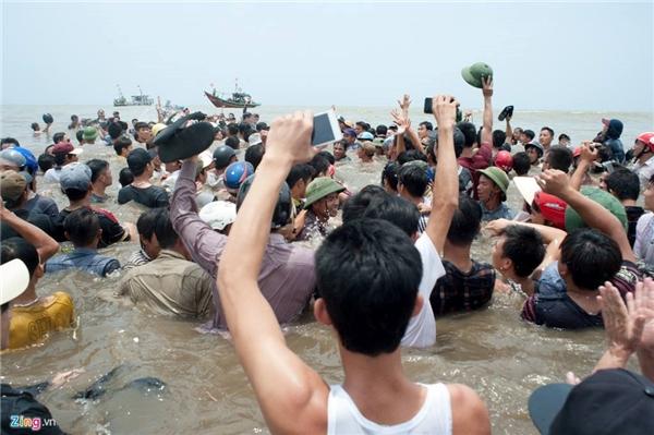 Người dân hò reo vui mừng khi cuộc giải cứu thành công.