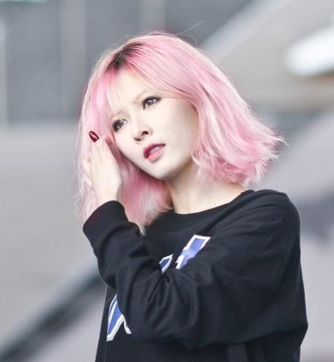 Hòa theo xu hướng chung, tóc nhuộm màu hồng thạch anh cũng lên ngôi.