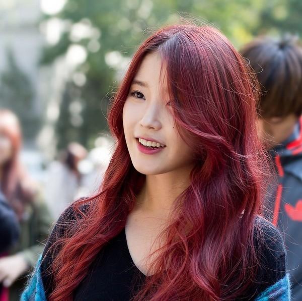 Bạn cũng có thể sử dụng màu hồng tạo nên lớp phủ nhẹ nhàng cho tóc đỏ hung. Khi ra sáng, sắc hồng sẽ tạo nên những mảng màu đậm nhạt trông rất thú vị.