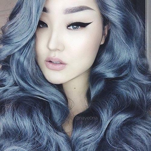 Hãy nhìn xem, chắc chắn hàng triệu cô gái đang ao ước sẽ có được mái tóc bồng bềnh, thu hút như thế này. Đây là cách nhuộm pha giữa tông xám trắng và sắc xanh sẫm trầm mặc.