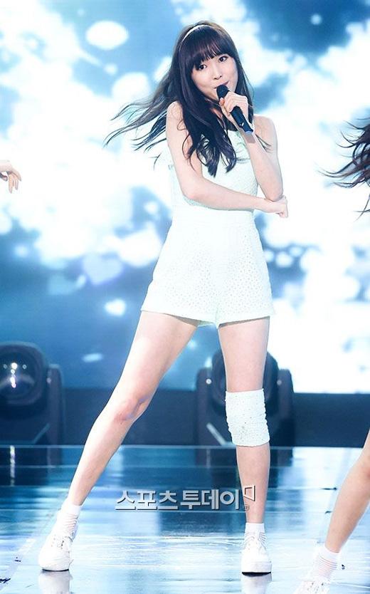 Yuju nhóm G-friend mặc dù đang băng bó nhưng vẫn rạng rỡ biểu diễn trên sân khấu.(Ảnh: Internet)
