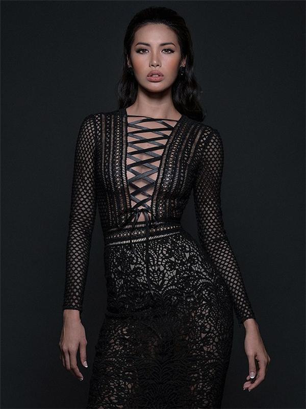 Trong buổi chụp ảnh trên, Phạm Hương diện bộ váy đen cũng bằng chất liệu ren với những họa tiết đối xứng. Nhưng người đầu tiên thể hiện tinh thần của thiết kế này chính là Minh Tú. Với khung xương đồng hồ cát, cả hai mĩ nhân đều tỏa sáng tuyệt đối với những đường cong bốc lửa.