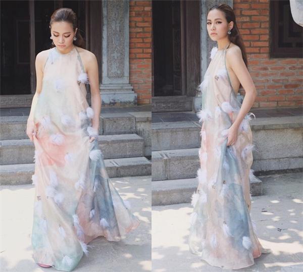 Phạm Hương và Hoàng Thùy Linh chọn tạo hình tương tự nhau trong thiết kế phom rộng trên nền chất liệu lụa mềm mại. Bộ váy tạo điểm nhấn bởi họa tiết in loang màu cùng những chi tiết lông đính kết mềm mại, nhẹ nhàng.