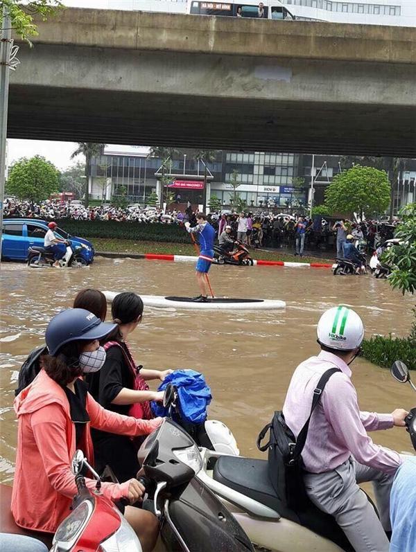 """Mở dịch vụ """"thuyền ôm"""", anh Tây gây sốt giữa ngày Hà Nội lụt"""