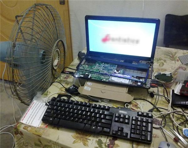 Vừa có màn hình, bàn phím và chuột, lại còn cả quạt tản nhiệt nữa nhé.