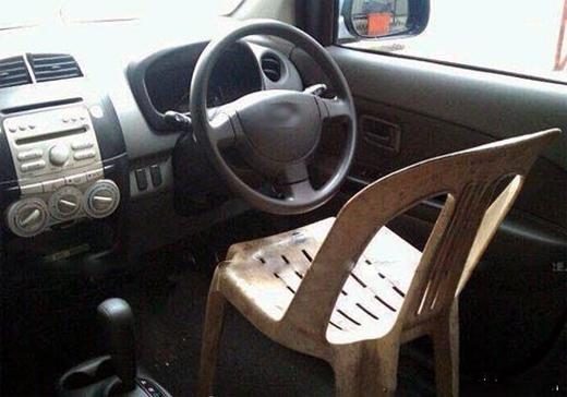 Ghế này không êm bằng ghế chính hãng, nhưng được cái sử dụng linh hoạt hơn.