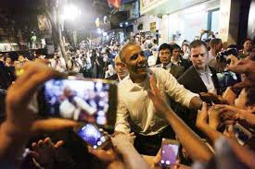 Được nhiều người dân quan tâm, Tổng thống Obama thân thiện, cởi mở với nụ cười luôn nở trên môi.