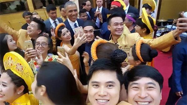 Tổng thống Mỹ thân thiện chụp sefile với các nghệ sĩ biễu diễn hôm ông tới Hà Nội