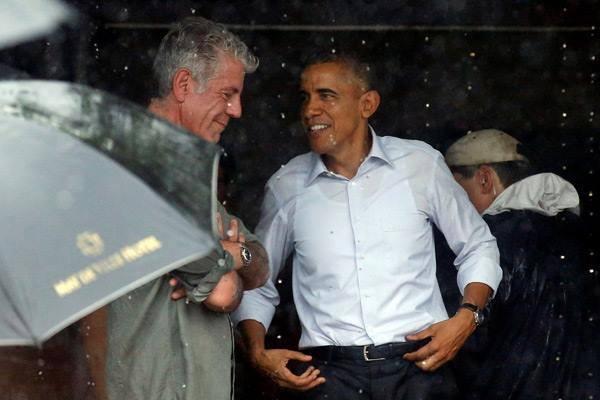 Trước khi rời Hà Nội, Tổng thống Mỹ đã rẽ qua làng Mễ Trì, trú mưa tại một quán trà ven đường và tìm mua cốm