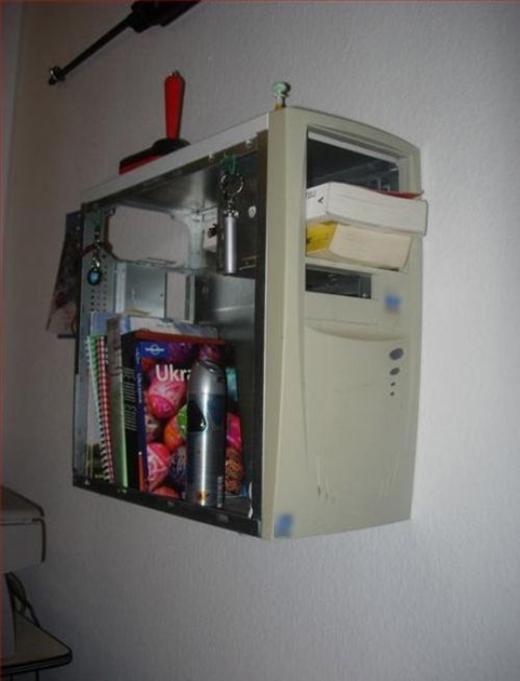 Thùng máy cũ không dùng có thể làm kệ sách rất phong cách.