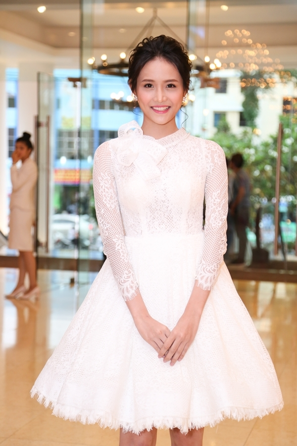Siêu mẫu châu ÁTrương Mỹ Nhân xinh đẹp như công chúa trong trang phục đầm trắng tinh khôi. - Tin sao Viet - Tin tuc sao Viet - Scandal sao Viet - Tin tuc cua Sao - Tin cua Sao