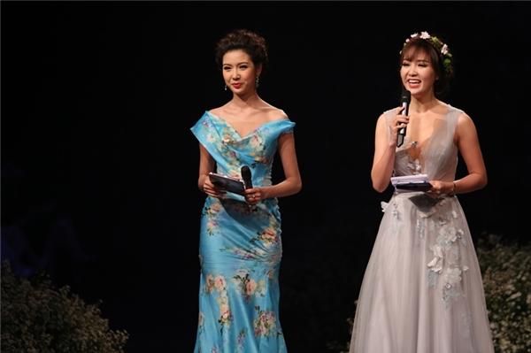 """Cặp MC """"song Vân"""" duyên dáng gồm Hoa hậu Thụy Vân và áhậu Thúy Vân xuất hiện đầy rạng rỡ."""