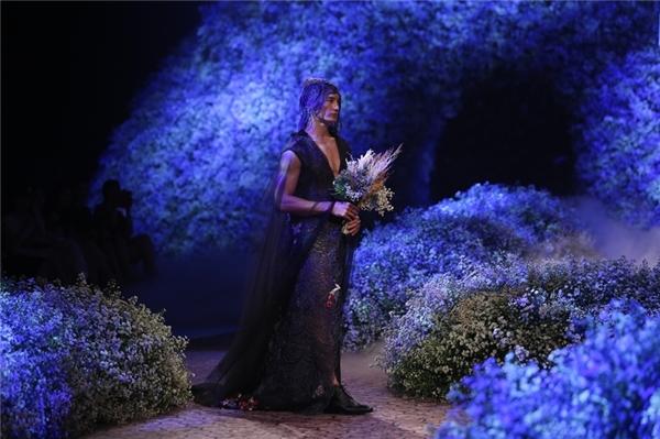 Mr.Global 2015 Nguyễn VănSơnmở màn BST với trang phục voan đen tuyền, mang hơi hướng unisex.