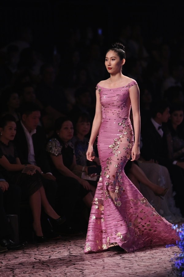 Những bông hoa mạ vàng được gắn kết khéo léo trải dọc thân váy giúp khán giả cảm nhận được độ tinh xảo từ những miếng vải siêu nhẹ.