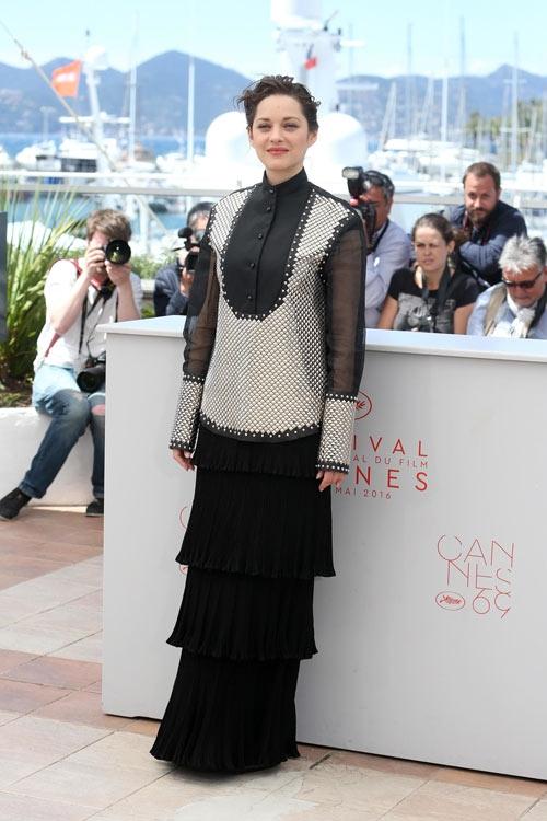 Công thức phối độc đáo giữa sơ mi cùng chân váy dún bèo phân tầng lại không giúp ngôi sao Marion ghi điểm. Đây thực sự là bước thụt lùi trong phong cách thời trang của nữ diễn viên danh tiếng.