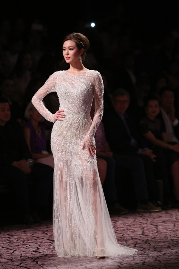 Chiếc đầm xuyên thấu tông trắng đính đá mà Khánh My khoác lên mình đã tôn lên sắc vóc lẫn nước da trăng ngần của người đẹp.