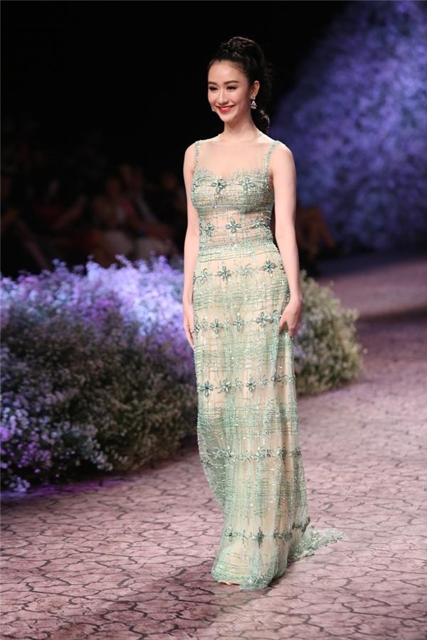 Họa tiết hoa luôn là nguồn cảm hứng đầy sáng tạo của NTK Hoàng Hải với những biến tấu không ngừng. Từng chi tiết được đính kết tinh xảo trên bộ váy cho thấy sự công phu, tỉ mỉ trong các thiết kế mà Hà Thu đang mặc.