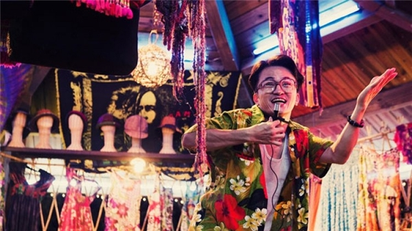 Về mảng điện ảnh, ông từng được chú ý khi vào vai ông chủ chợ đêm trong bộ phim Thiên Thai Tình Yêu của Châu Kiệt Luân.
