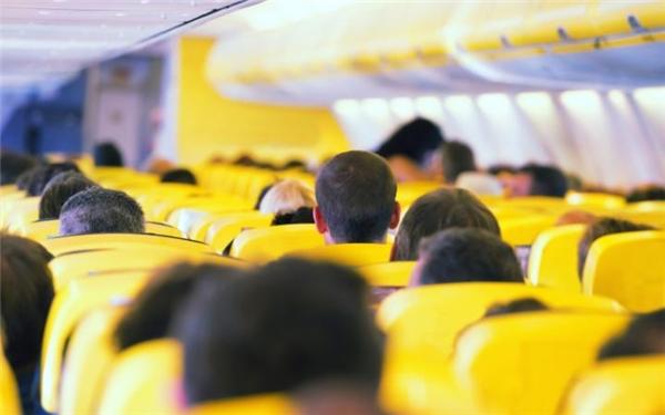 Điều quan trọng là không làm kinh động đến các hành khách khác trong máy bay.(Ảnh: Internet)