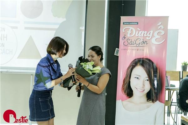 VJ Phương Linh thay mặt mọi người tặng hoa thay lời cảm ơn vì những lời khuyên của Thạc sĩNguyễn Thị Mỹ Hạnh.