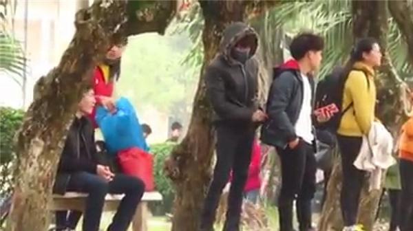 Hình ảnh hai thanh niên đóng giả cảnh móc túi để thử lòng người. Ảnh: Cắt từ clip