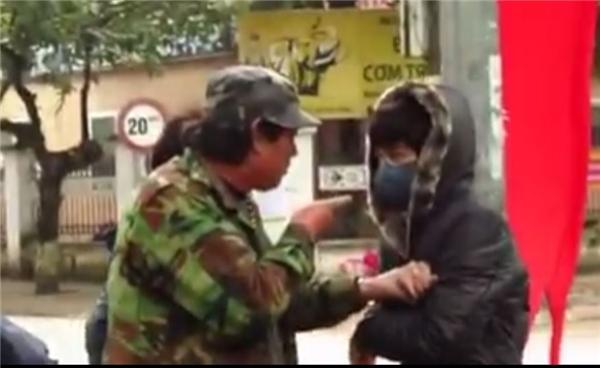 Chú xe ôm – nhân vật cuối đoạn video đã làm rất căng để răn đe kẻ móc túi. Ảnh: Cắt từ clip