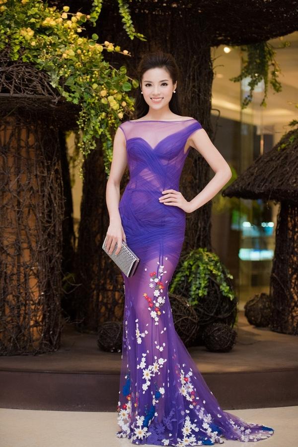 Và người bị hại gần đây nhất đó chính là hoa hậu Kỳ Duyên. Trong trang phục voan nhẹ nhàng, tinh tế, mĩ nhân V-biz tự tin sải bước trong sự kiện hop báo Hoa hậu Việt Nam 2016. Thiết kế của Hoàng Hải khiến những ai có mặt tại đây đều phải trầm trồ khen ngợi.