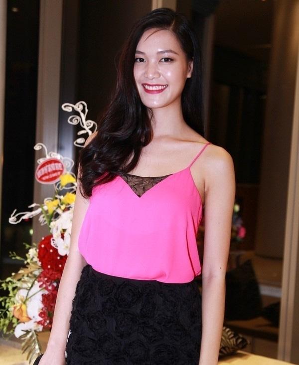 Hoa hậu Thùy Dung đã gặp phải sự cố dưới ánh đèn flash, nó khiến làn da của cô trở nên bóng nhẫy vô cùng kém duyên.