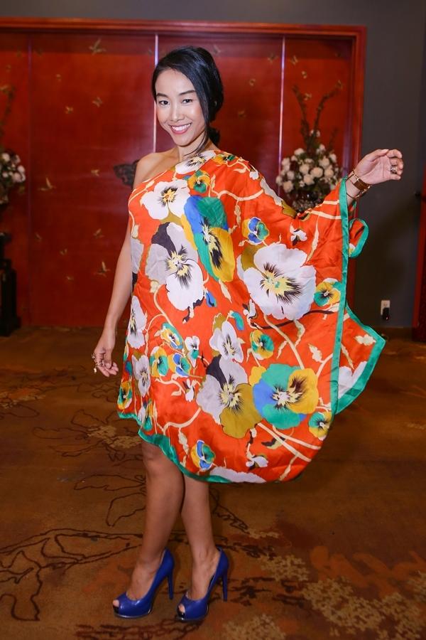 Đoan Trangnổi bật khixuất hiện với váy hoa lệch vai bồng bềnh. - Tin sao Viet - Tin tuc sao Viet - Scandal sao Viet - Tin tuc cua Sao - Tin cua Sao