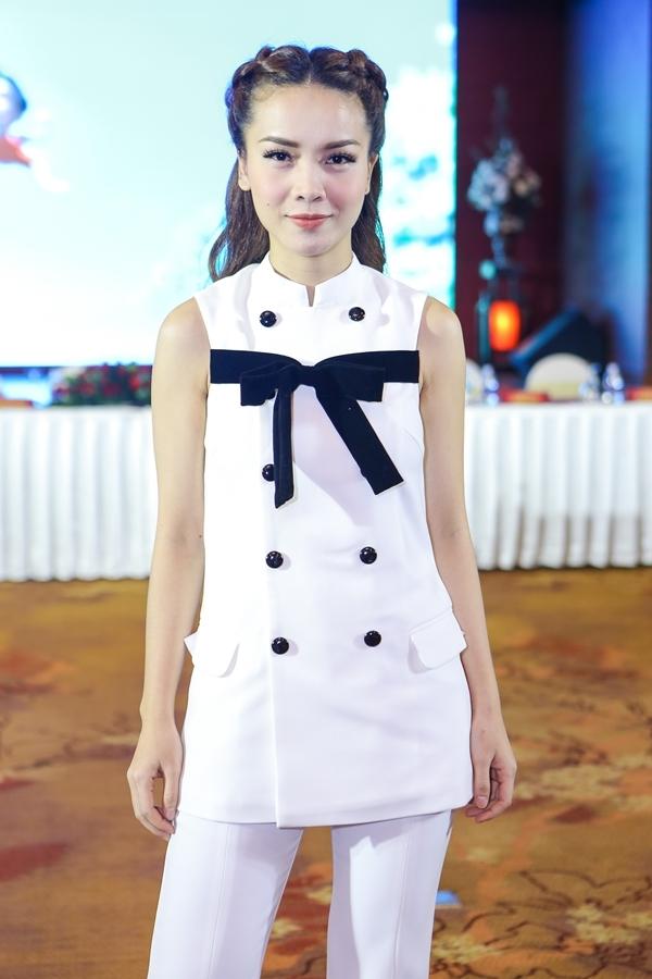 Trong khi nó, nữ ca sĩ Yến Trang xuất hiện với tư cách giáo viên chủ nhiệm lớp nhạc nhẹ. - Tin sao Viet - Tin tuc sao Viet - Scandal sao Viet - Tin tuc cua Sao - Tin cua Sao