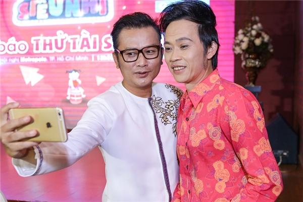 Anh tranh thủ selfie cùng danh hài Hoài Linh. - Tin sao Viet - Tin tuc sao Viet - Scandal sao Viet - Tin tuc cua Sao - Tin cua Sao
