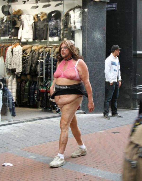 Mặc áo lót và váy ngắn cũng không biến bạn thành phụ nữ... Nó chỉ khiến bạn trở thành kẻ điên khùng biến thái thôi!