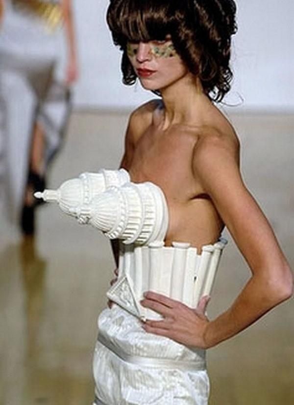 """Người bình thường chắc hẳn không thể có đủ can đảm ứng dụng """"kiến trúc"""" một cách sáng tạo vào thời trang như thế này..."""