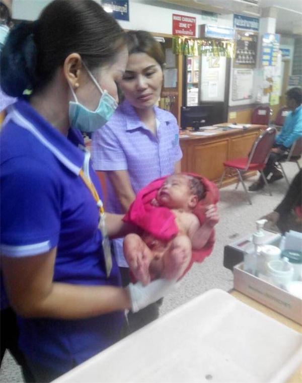 Các bác sĩ chăm sóc sức khỏe cho cậu bé.
