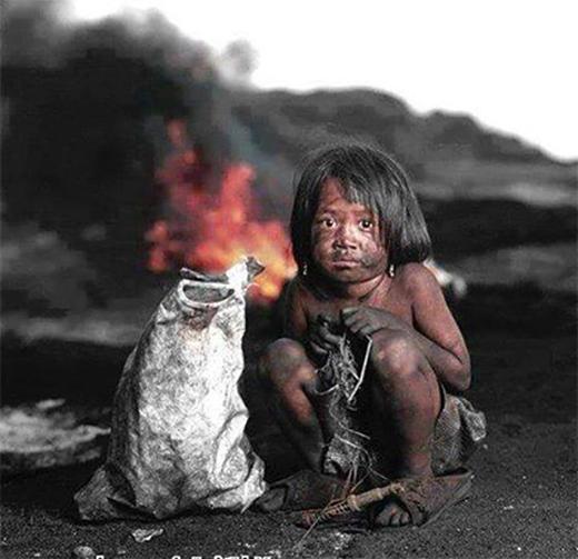 Chẳng người nào nói với em rằng bụi than dính khắp người em độc hại như thế nào.(Ảnh: Internet)