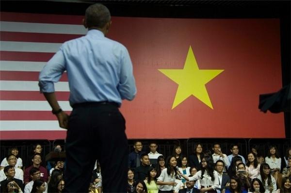 Khoảnh khắc khi ngài Tổng thống đứng yên nghe phần trình bày của Suboi. Ảnh: AFP - Tin sao Viet - Tin tuc sao Viet - Scandal sao Viet - Tin tuc cua Sao - Tin cua Sao