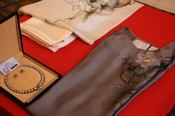 Chiếc áo dài và bộ trang sức ngọc trai gửi tặng phu nhân tổng thống Barack Obama. Ảnh: Hà Đào