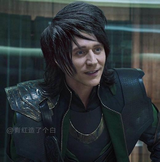 """Mái tóc phong cách emo đã giúp thể hiện đúng bản chất của Loki: con trai nuôi, bị bỏ rơi, """"trùm"""" tự kỷ."""