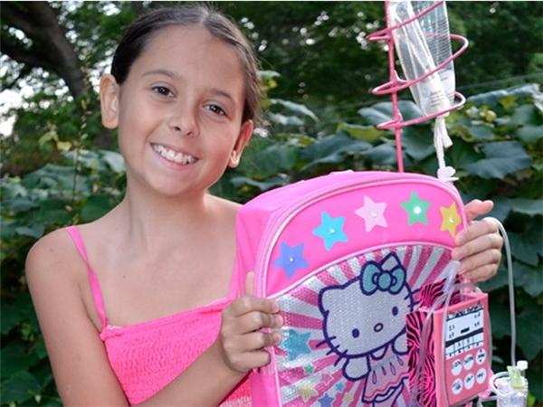 Kylie Simonds (13 tuổi, sống tại Mỹ) là người sáng chế ra cặp hóa trị. Cô bé này từ khi sinh ra đã mắc bệnh ung thư mô mềm. Chính trong quá trình điều trị, em đã sáng tạo ra chiếc cặp đựng bình hóa trị có tên IPack dành cho những trẻ em mắc bệnh ung thư như mình.