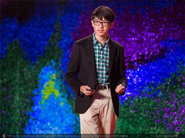 Kenneth Shinozuka (15 tuổi, ở New York, Mỹ) phát minh ra thiết bị cảm ứng độc đáo có tên 'wearable sensor' - cảm ứng mang theo người, giúp việc chăm sóc người bệnh Alzheimer. Ngoài Google, đích thân Tổng thống Obama cũng trân trọng trao thưởng cho phát minh này của Shinozuka tại Hội chợ Khoa học hồi tháng 3/2015 của Nhà Trắng.