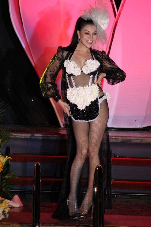 Trà Ngọc Hằng và bộ trang phục để đời trông như tạp dể làm bếp. Một thời gian dài, nữ người mẫu liên tục bị chỉ trích vì diện thiết kế hở hang quá đà.