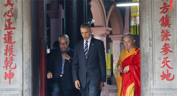 Hình ảnh TT Obama đến thăm chùa Ngọc Hoàng trong chuyến công du vừa qua. (Ảnh: Hải An)