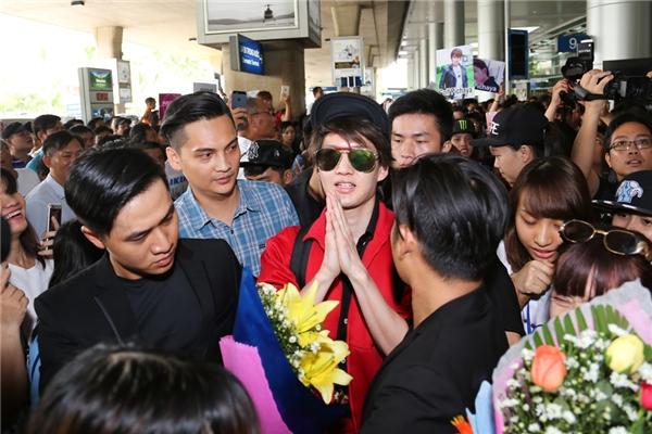 Vừa bước ra cửa hải quan, anh vô cùng bất ngờ và hạnh phúc trước sự chào đón nhiệt tình từ các bạn fan Việt. Nam diễn viên chấp tay chào người hâm mộ theo phong tục của người Thái.