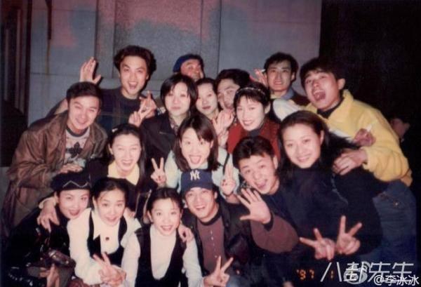 Hay đôi bạn diễn thân thiết Lý Băng Băng và Nhậm Tuyền. Trong ảnh còn có sự góp mặt của nam diễn viên Liêu Phàm, anh cũng là bạn chung lớp của 2 người tại học viện hí kịch Trung Ương.