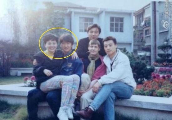 Vương Lâm từng khoe một bức ảnh chụp cùng bạn chung lớp. Trong bức ảnh này, Vương Lâm đang ngồi trên đùi Châu Kiệt và cử chỉ rất thân mật.