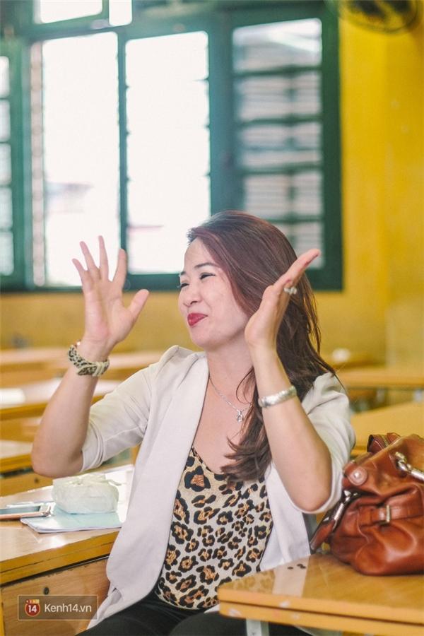 Cô Oanh nói ngôn ngữ ký hiệu của cô không phải dạng chính thống được đào tạo bài bản mà do cô học cóp nhặt từ mỗi người một chút.