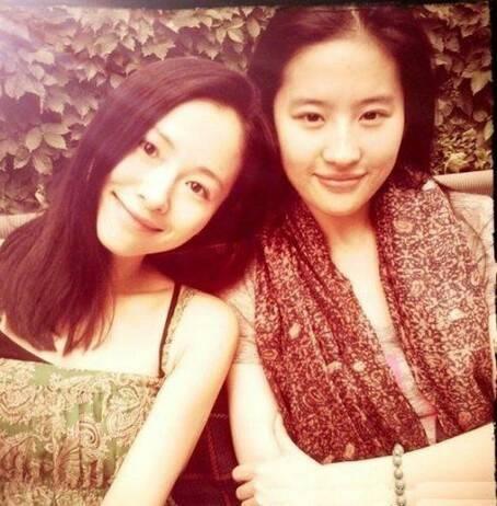 Lưu Diệc Phi và Giang Nhất Yến là bạn chung lớp diễn xuất khóa 2002 của học viện điện ảnh Bắc Kinh. Thời gian trước, cả 2 người đã cùng tham gia bộ phim điện ảnh Tứ Đại Danh Bổ.