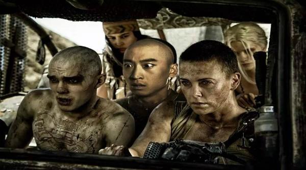 Tạm xa những dòng phim chính kịch, Nhĩ Khang bắt đầu muốn trổ tài võ nghệ, hành động trong các phim như Công viên Khủng long, Dị nhân và Mad Max.